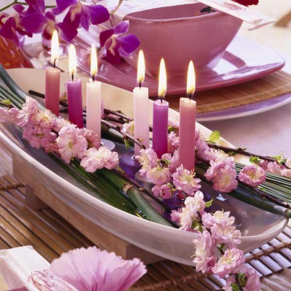 Decorarea-meselor-cu-lumanari-in-combinatii-inedite.-Flori-petale-si-pietricele-decorative-8