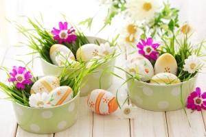 10-aranjamente-decorative-cu-flori-si-oua-colorate-pentru-Pasti
