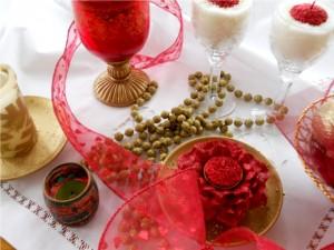 ornamente-in-rosu-si-alb